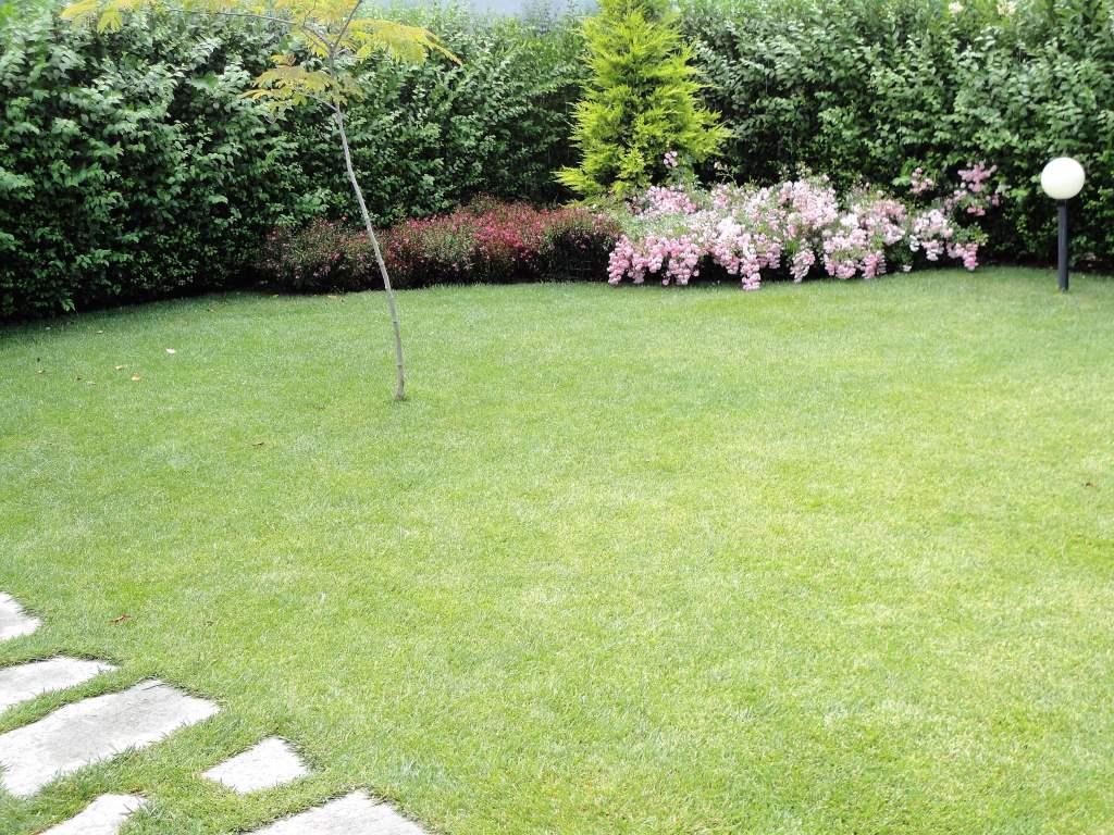 Градината на Дом Димови, къща за гости със стил